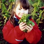 Mädchen und geernteter Grünkkohl